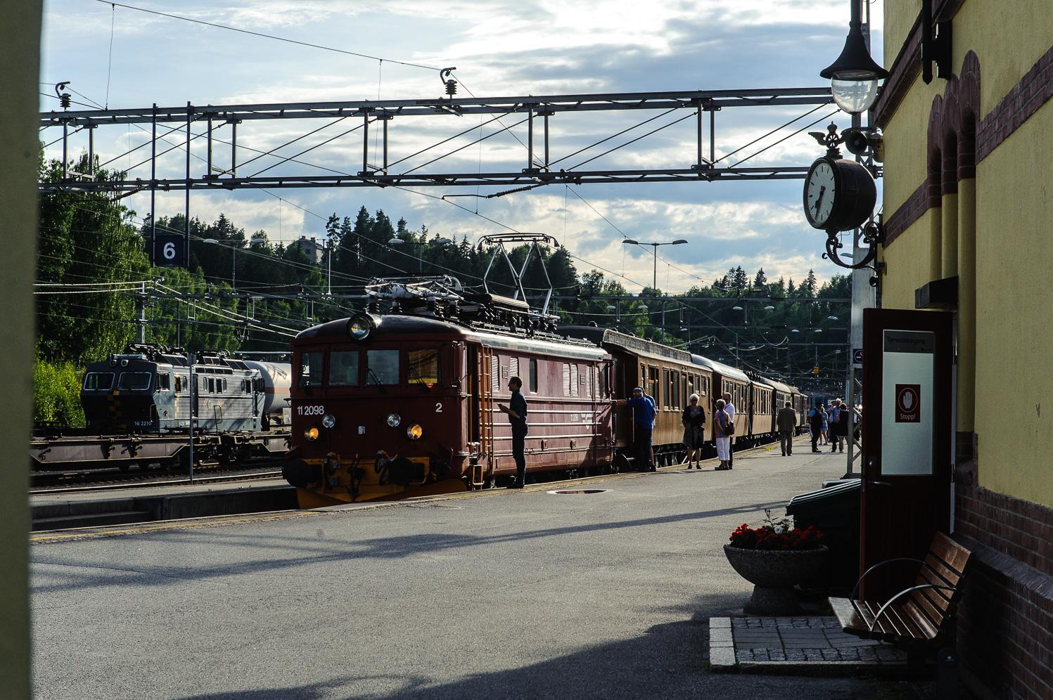 Hønefoss is officially the starting point of Bergensbanen. Here, a museum train makes a halt.